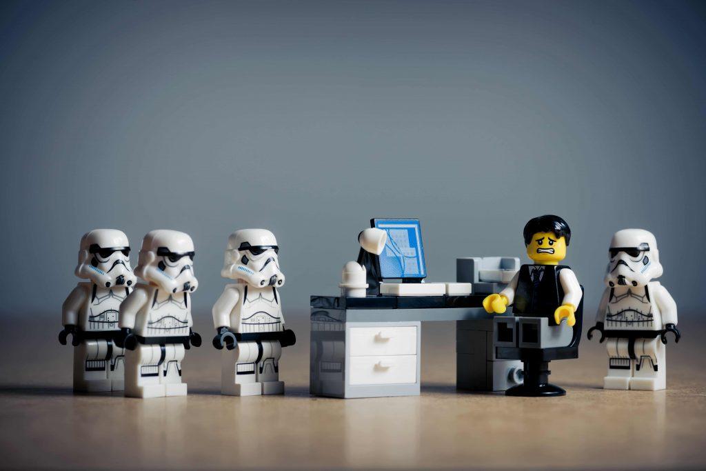 muñecos lego de stormtroopers en una oficina